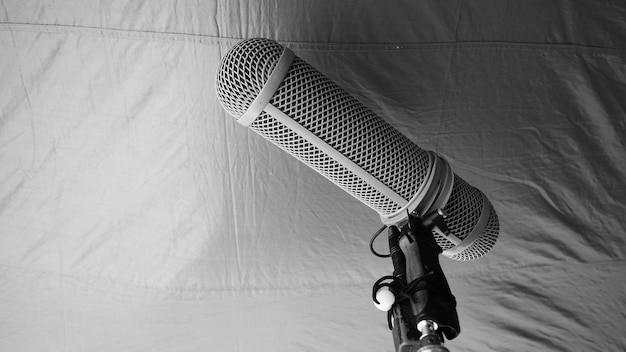 Mikrofonarmtyp. sound recorder boom-mikrofon und stativständer. professionelles mikrofon für die digitale audioaufnahme für die produktion von filmen oder videofilmen. windschutz am boom-mikrofon. filmindustrie