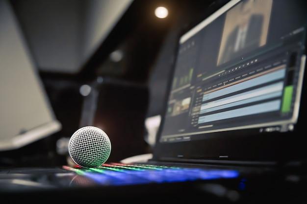 Mikrofone auf laptop im studio zur aufnahme
