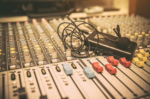 Mikrofone mit tonmischer im studio.