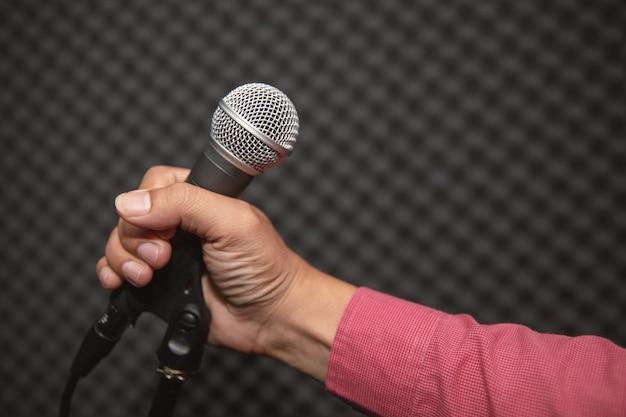 Mikrofonhalter im musikstudio für musiktraining oder musikaufnahme