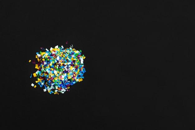 Mikroplastik auf schwarzem hintergrund