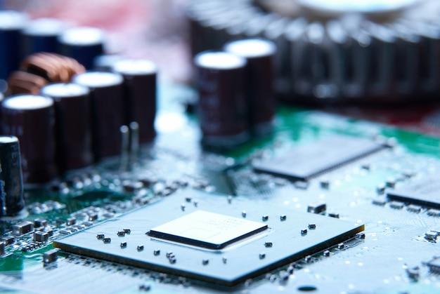 Mikroprozessor mit motherboard-hintergrund. chipplatine der computerplatine. hardware-konzept der mikroelektronik.