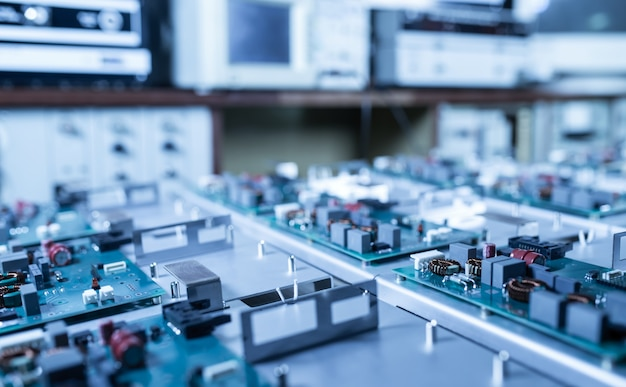 Mikroschaltungen und komponenten liegen auf metallplatten bei der herstellung von supermodernen militärcomputern und spionagegeräten. konzept einer geheimen militärfabrik