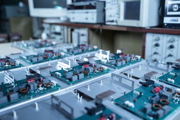Mikroschaltungen und komponenten liegen auf metallplatten
