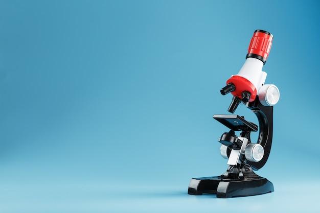 Mikroskop für labormedizinische forschung und experimente auf blauer oberfläche