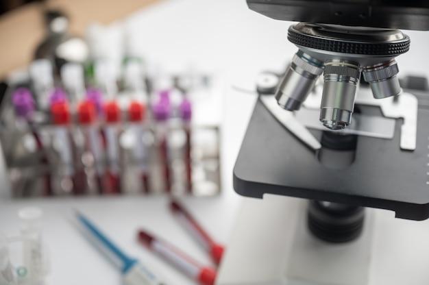 Mikroskop im biotechnologischen labor, professionelle ausrüstung