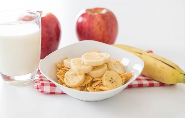 Milch, apfel, banane und cornflakes