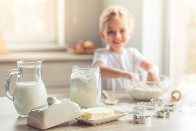 Milch, butter und mehl zum backen auf dem tisch.