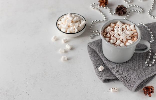Milch der heißen schokolade mit eibischen und feiertagsdekoration