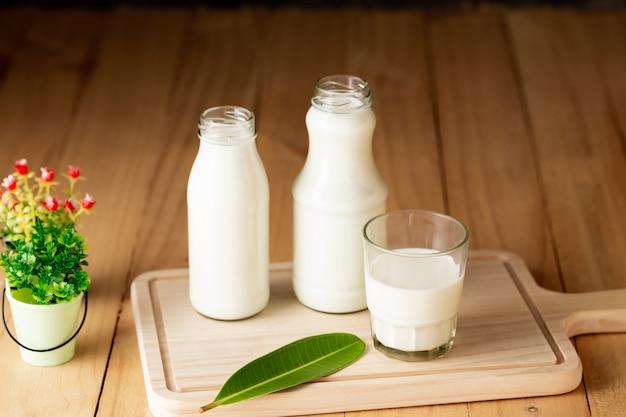 Milch gesunde milchprodukte auf dem tisch