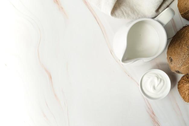 Milch im krug- und kokosnusskopierraum