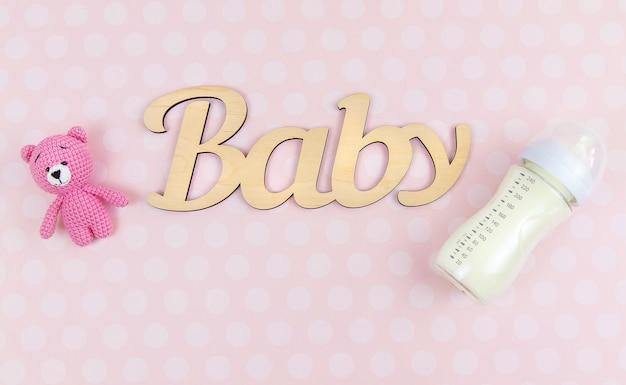 Milch in einer flasche und babyzubehör. selektiver fokus. essen.