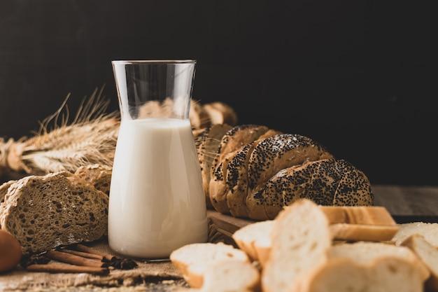 Milch in einer glasflasche auf einem holztisch mit zutaten