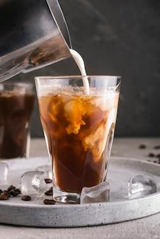 Milch mit kaffee ins glas gießen