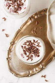 Milch mit schokolade und himbeeren