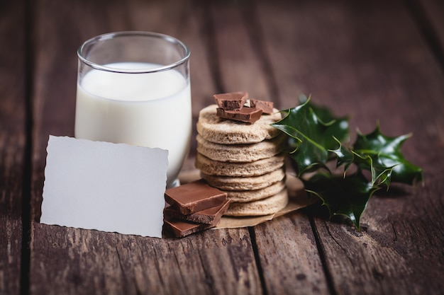 Milch mit süßem essen für den weihnachtsmann