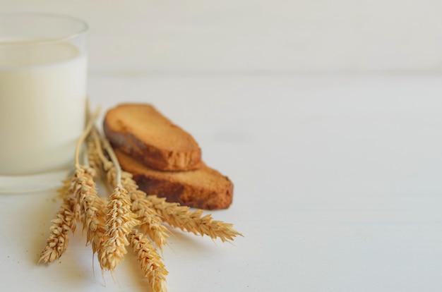 Milch und brot als gesundes und einfaches lebensmittel, traditioneller genuss für den heidnischen wicca-keltenurlaub