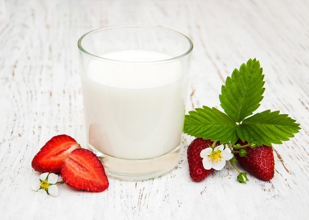 Milch und erdbeeren