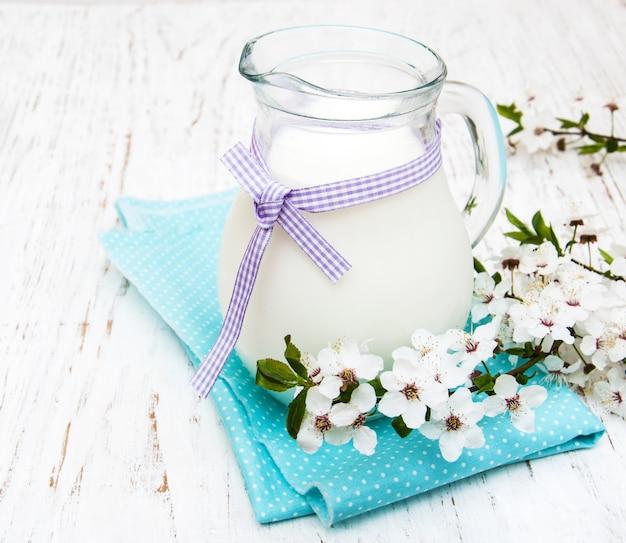 Milch und frühlingsblüte