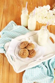 Milch und kekse auf tablett auf dem tisch