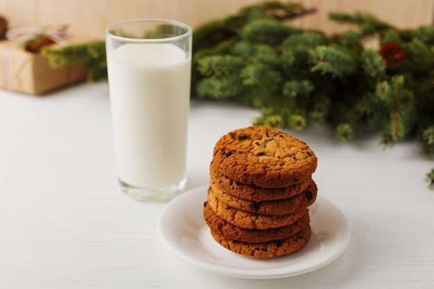 Milch und kekse für santa claus unter dem weihnachtsbaum