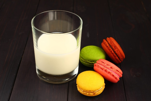 Milch und macaron auf schwarzer oberfläche
