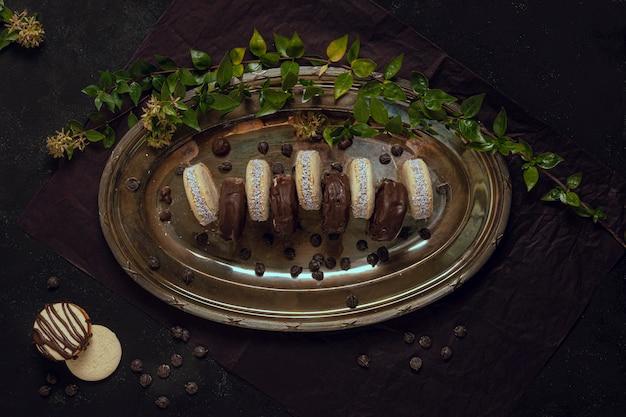 Milch und weiße schokoladensplitter auf platte