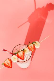 Milchcocktail mit erdbeere und banane