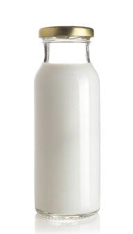 Milchflasche auf weißer oberfläche isoliert.