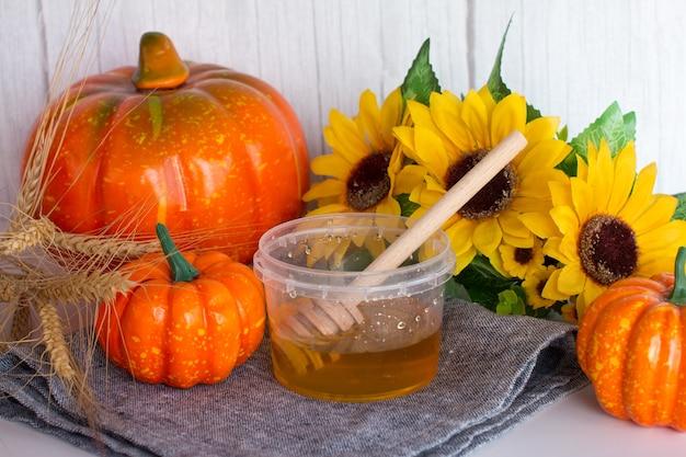 Milchhonig und kürbisherbsternte. sonnenblumen- und honigbäder im herbst. honigfest