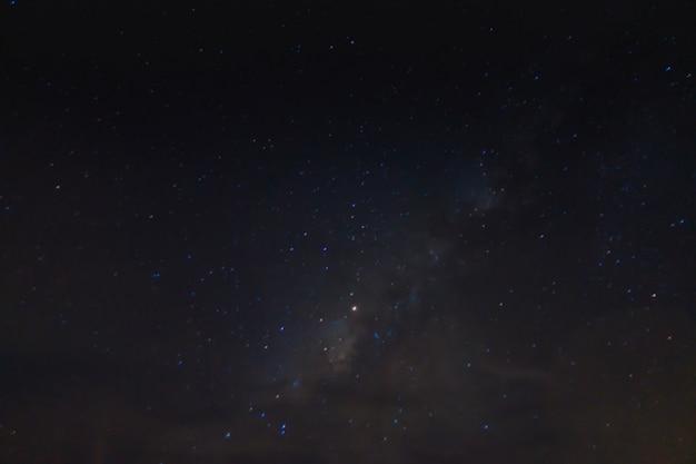 Milchig abstraktes galaxie-nebelfeld