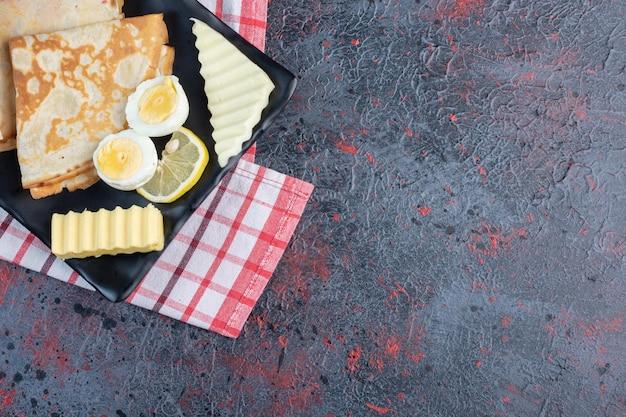 Milchige crpes mit ei und weißem käse.