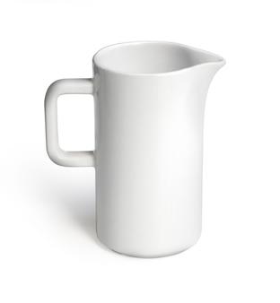 Milchkännchen oder wasser auf weißem hintergrund isoliert inklusive beschneidungspfad am krugkörper für einfache arbeit