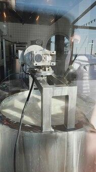 Milchmischung im edelstahltank während des fermentationsprozesses in der käserei.