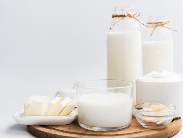 Milchprodukte auf einem tablett