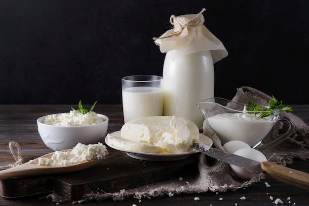 Milchprodukte auf schwarz