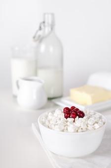 Milchprodukte auf weißer tabelle. sauerrahm, milch, käse, ei