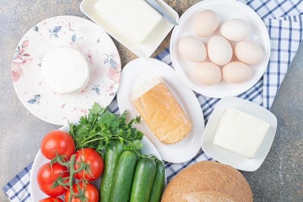 Milchprodukte, brot und gemüse zum frühstück.