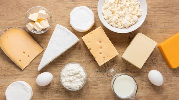 Milchprodukte der draufsicht auf hölzernem hintergrund