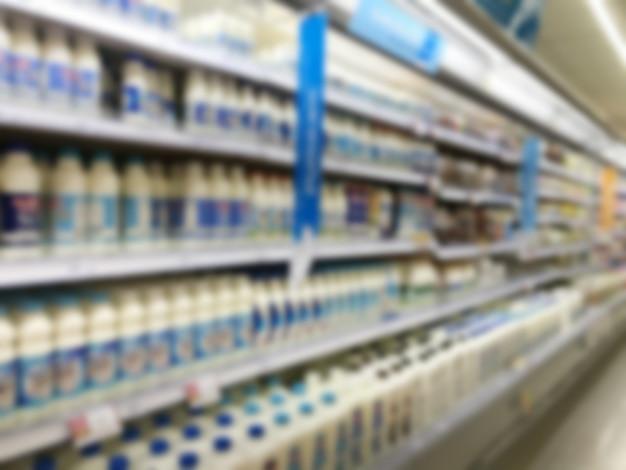 Milchprodukte im regal aus dem supermarkt