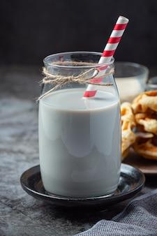 Milchprodukte leckere gesunde milchprodukte auf einem tisch auf saurer sahne in einer schüssel, hüttenkäse-schüssel, sahne in einer bank und milchglas, glasflasche und in einem glas.