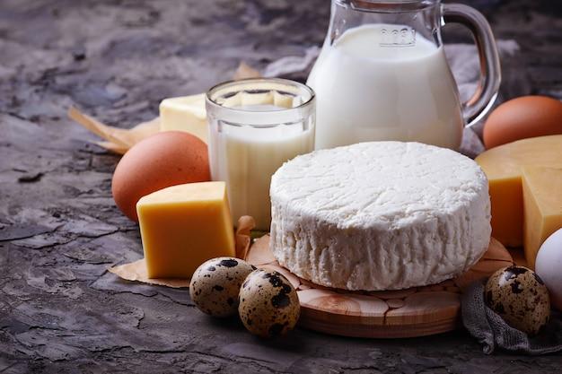 Milchprodukte. milch, hüttenkäse, sauerrahm, butter, eier. selektiver fokus