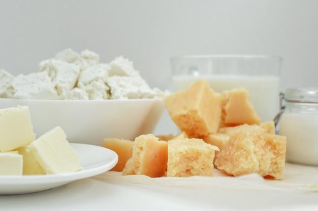 Milchprodukte, milch, quark, käse, sauerrahm, butter auf licht