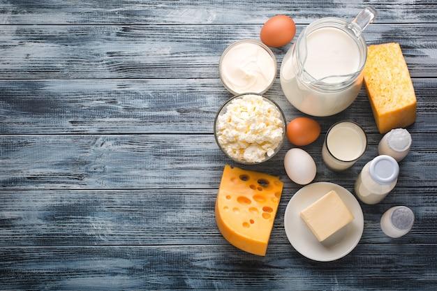 Milchproduktlebensmittel-zusammenstellung auf rustikalem holztisch