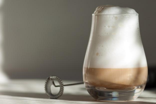 Milchschaumhersteller. mini-mixer, aufschäumer für kaffee, latte Premium Fotos
