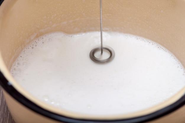Milchschaumhersteller. mini-mixer, aufschäumer für kaffee, latte