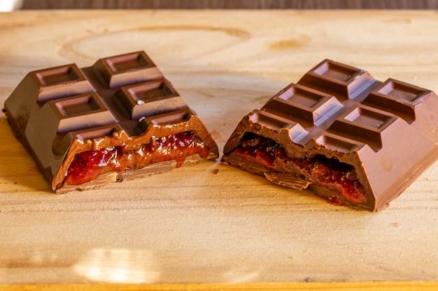Milchschokolade gefüllt mit dulce de leche erdnüssen und erdbeeren