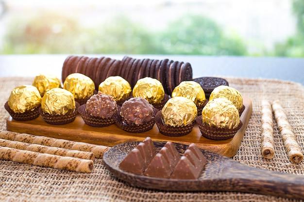 Milchschokolade mit mandeln mit hintergrundplätzchen schokoladencreme nach innen.
