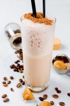 Milchschokoladencocktail oder kalt geschlagener kaffee mit milch