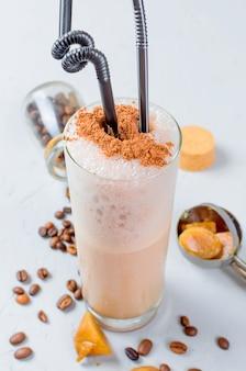 Milchschokoladencocktail oder kalter schlagkaffee mit milch